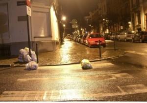 Una calle de bruselas. Algunos de los usuarios del PaP que viven en esta zona no han llegado a tiempo y han sacado un poco tarde su basura. Estas son las consecuencias.