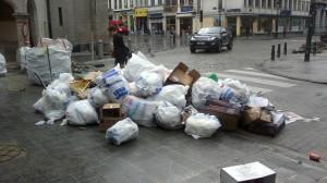 """Otro montón de basura depositada según el sistema """"puerta a puerta"""" Esta vez junto al edificio Bourse, en pleno centro. Ocho de la mañana."""