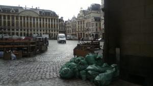 La Grand Place de Bruselas un día cualquiera a las ocho de la mañana.