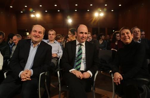Uxue Barcos también se acercó al Baluarte para apoyar la candidatura de Coalición por Europa. En la foto con Andoni Ortuzar y Manu Aierdi