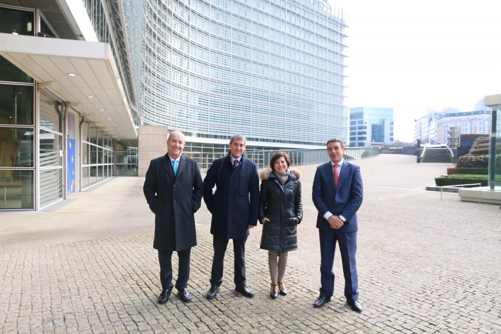 Con Pedro Ortega, Fernando  Clavijo y Narvay Quintero junto al edifice central de la Comisi¡on Europea en Bruselas,