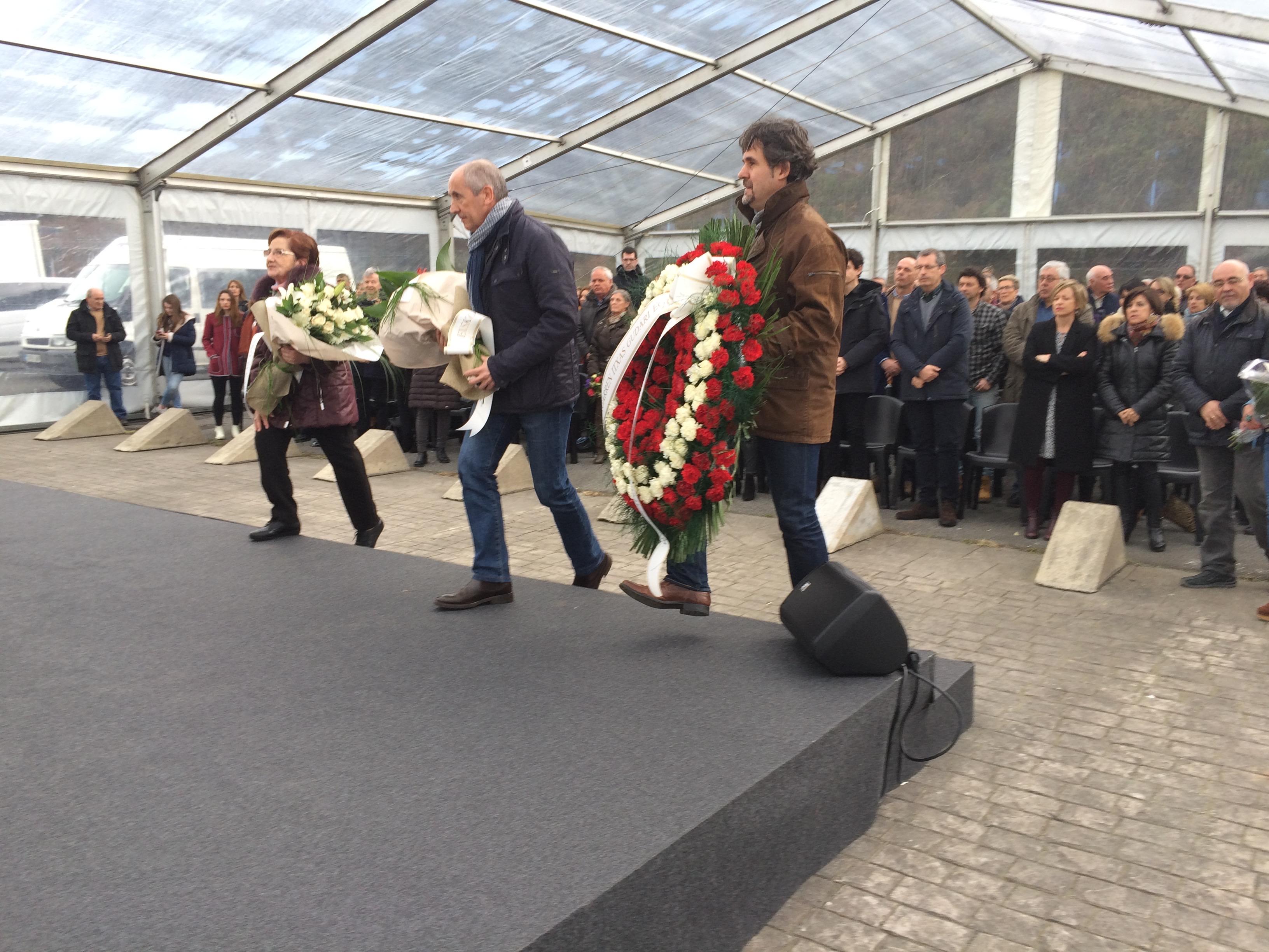 La ofrenda floral que se realizó durante el homenaje