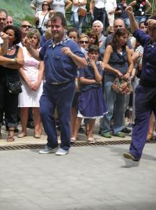 Xabier, nuestro alkate, marcandose otro baile tradicional en Elantxobe.
