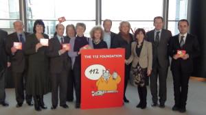 Europarlamentarios que apoyaron el 112 posan junto a un cartel conmemorativo.