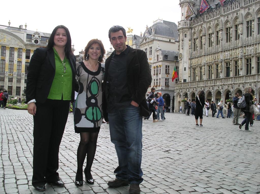 Noelia, Izaskun y Unai en la Grande Place de Bruselas