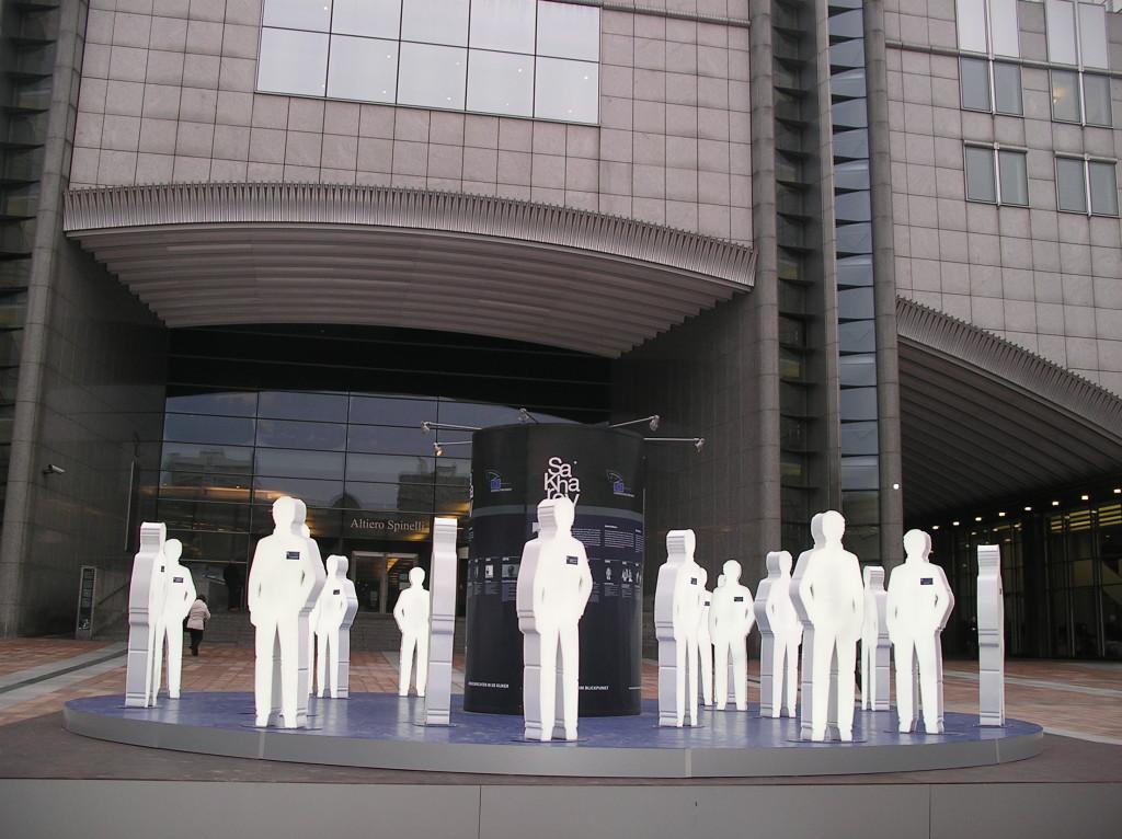 La exposición está colocada en la puerta principal del Parlamento Europeo