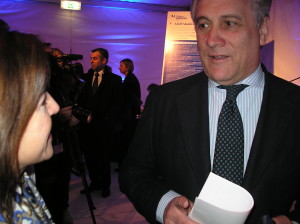 Charlando con el comisario Tajani durante el acto de firma del manifiesto europeo en favor de las PYMES