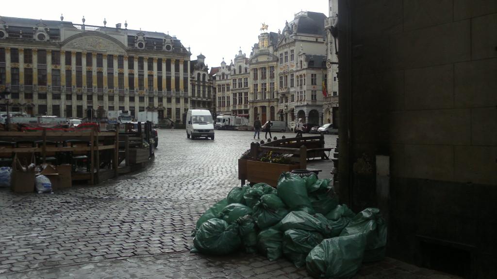 """La Grand Place de Bruselas un día cualquiera a las ocho de la mañana. Aqui el sistema de recogida es el """"puerta a puerta"""""""