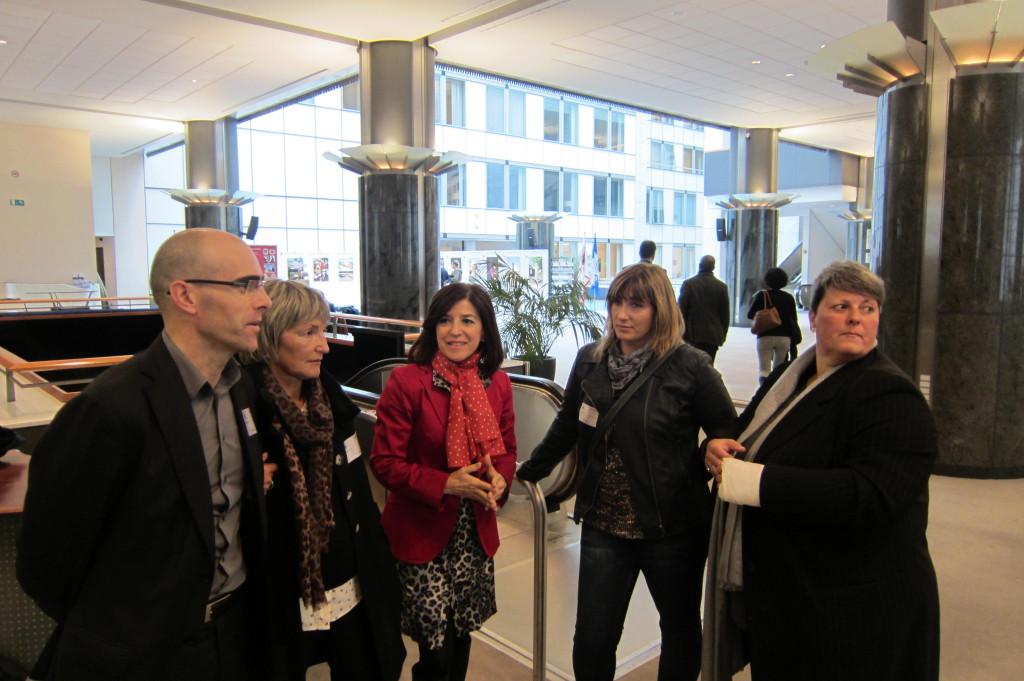 Isaura, Ainhoa,Maite y Leandro en el Parlamento Europeo antes de su comparecencia.