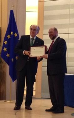 Andrés urrutia, Presidente de Euskaltzaindia, recibe el premio Ciudadano europeo de manos del presidente del Parlamento Europeo Martín Schulz