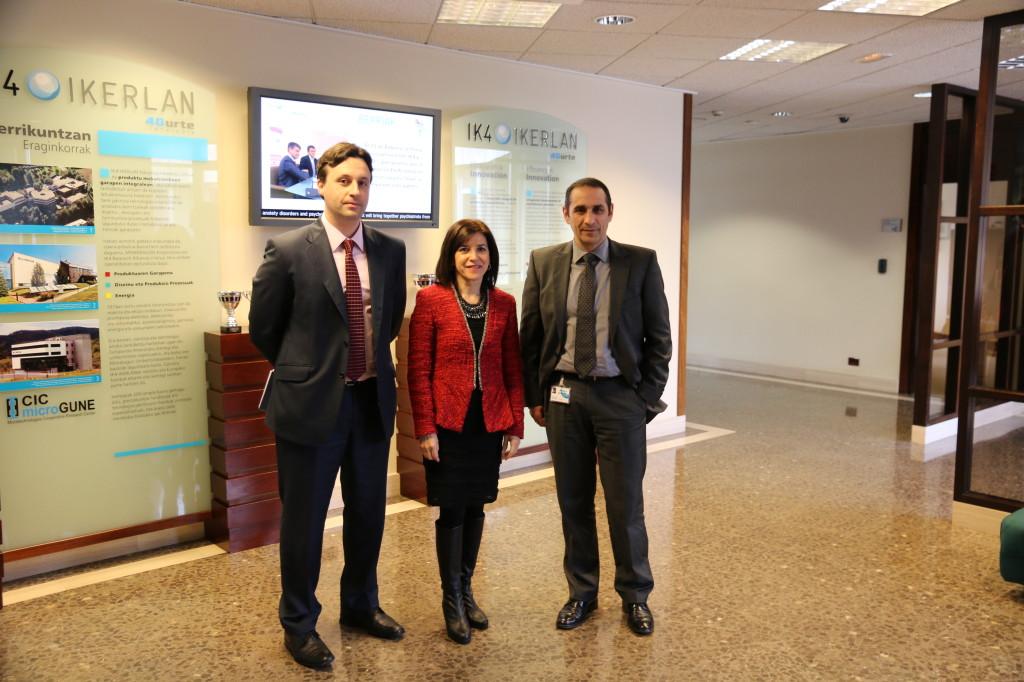 Con Francisco Javier Blanco director de energía y Marcelino Caballero director de desarrollo de productos en la sede central de Ikerlan en Arrasate