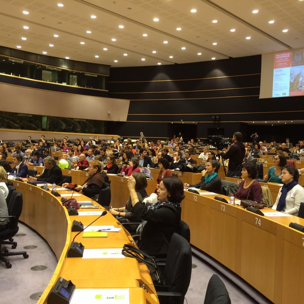 Más de trescientas personas asistieron al acto sobre la consulta catalana, entre ellos una nutrida representación de la prensa internacional.