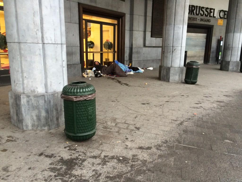 La pobreza y la exclusión se viven también en la capital de Europa. Personas sin techo buscando calor junto a la Gare Central de Bruselas hoy a las tres de la tarde.