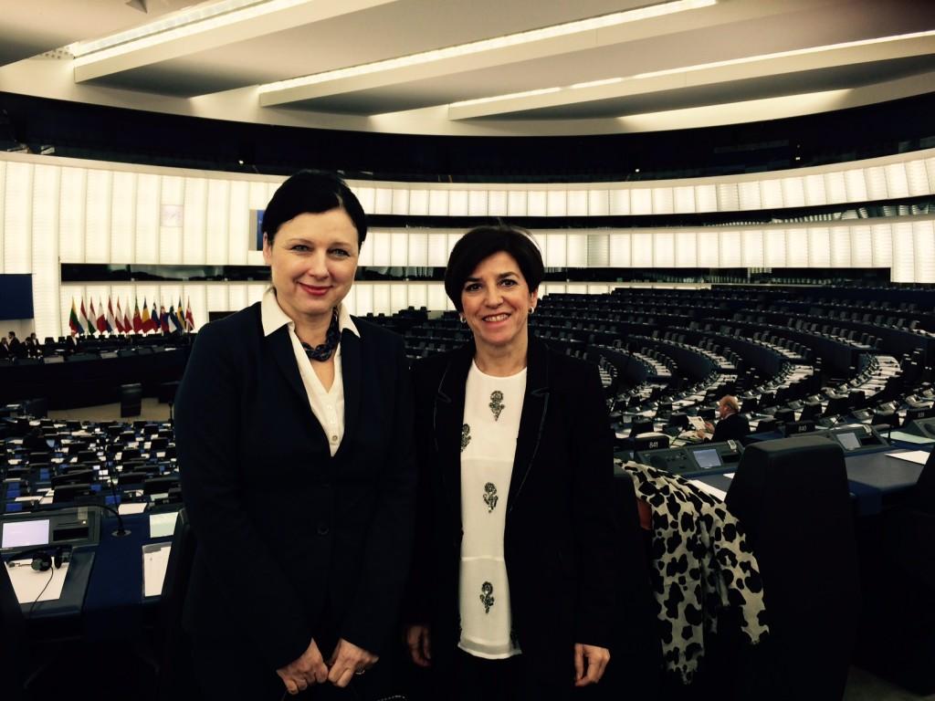 Con la comisaria Jaurova en uno de los plenos del Parlamento Europeo en Estrasburgo