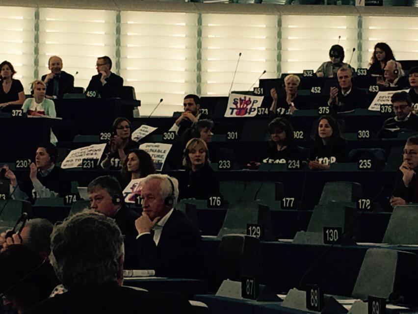 Los carteles contra el TTIP adornaban en esta sesión los escaños de los partidos de extrema derecha y extrema izquierda. Los extremos, muchas veces, se tocan.