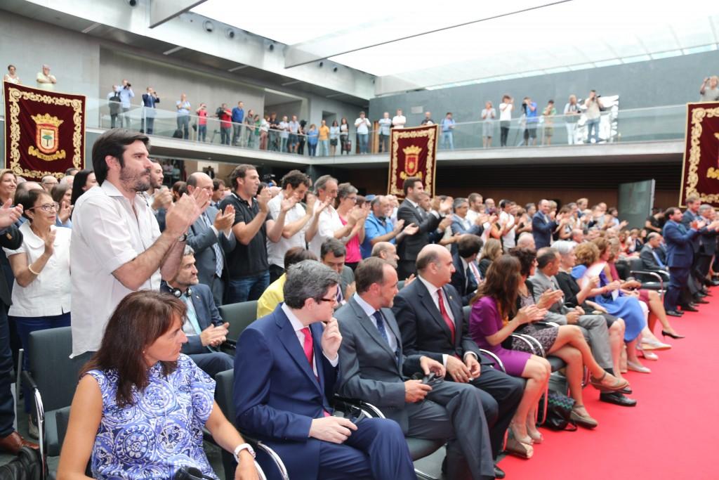 Un aspecto de la ceremonia en la que Uxue Barcos ha tomado posesión de la presidencia del Gobierno de Navarra. El gobierno saliente en primera fila.
