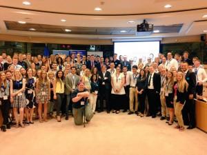 Guy Verhofstadt, presidente de ALDE group posa con los participantes en la escuela juvenil de los liberal demócratas europeos.
