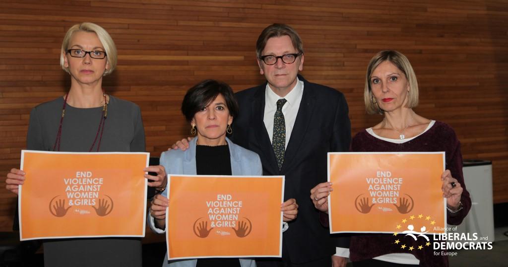 Con Guy Verhofstadt, Angélica Milnar y Beatriz Becerra en el día internacional para la desaparición de la violencia contra las mujeres.