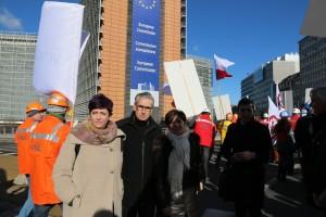 Con Ramón Jauregi y Eider Gardiazabal junto a la Comisión Europea esta mañana en Bruselas.