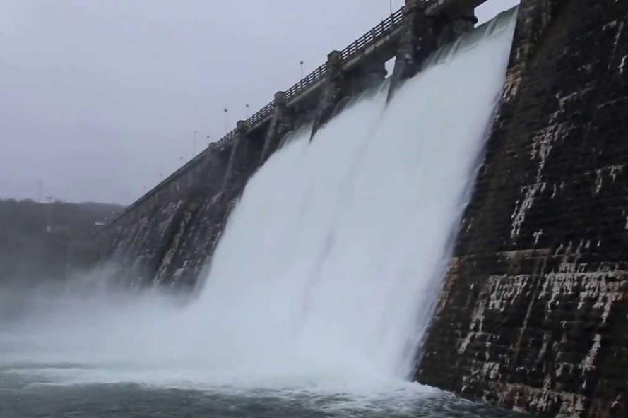 La presa de Ullibarri Ganboa desaguando el pasado invierno