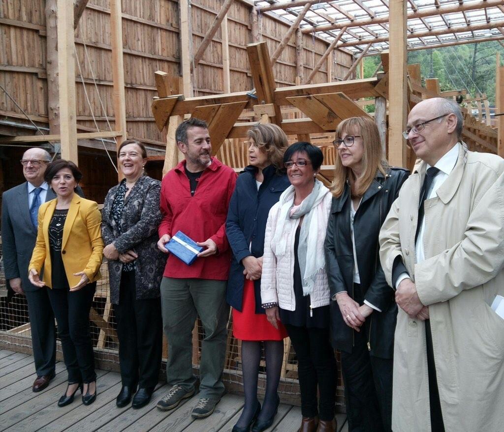 Durante la visita a la construcción de la réplica del ballenero San Juan en Pasajes.