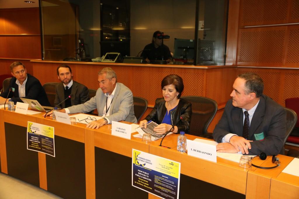 Los ponentes a punto de compartir experiencias en Bruselas. de izquierda a derecha, Matthias Helholm, Maximilian Strotman, Jean Paul Denanot, la que suscribe y el doctor Berraondo