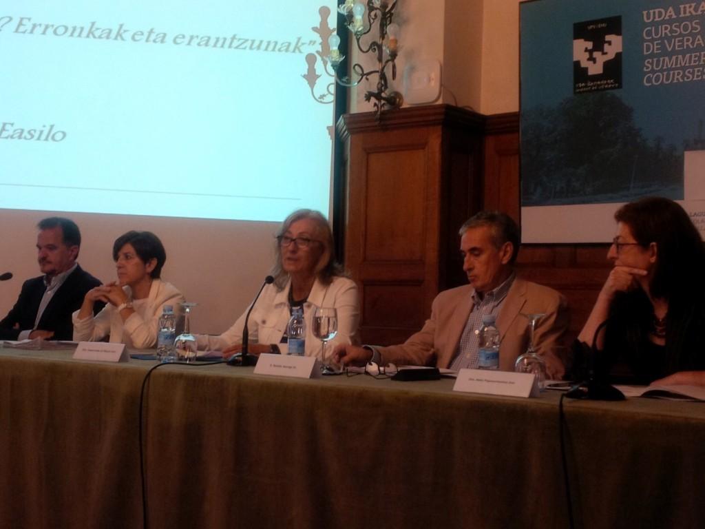Carlos Iturgaiz, Izaskun Bilbao Barandica, Inmaculada de Miguel, coordinadora del debate, Ramón Jauregui y Maite Pagazaurtundua en el curso de verano sobre refugiados.