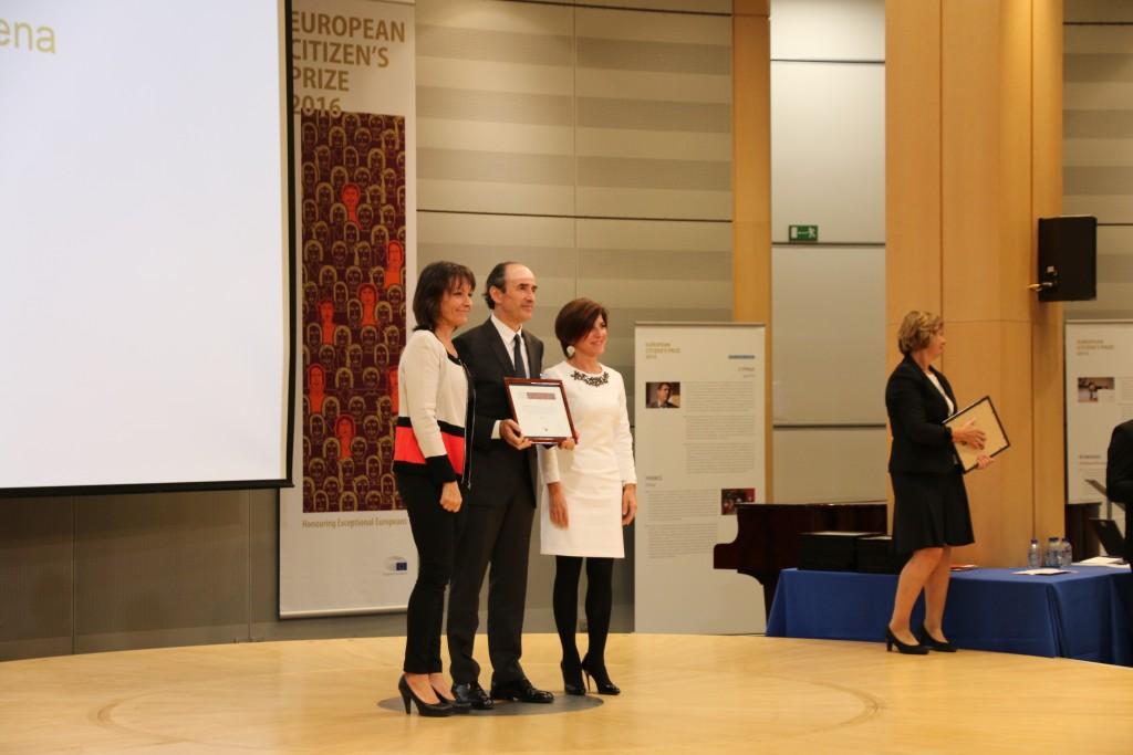 Juan Cid recibe el premio Ciudadano Europeo de manos de Silvye Guillaume