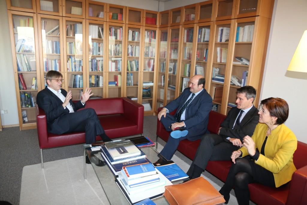 El Presidente de EAJ-PNV Andoni Ortuzar y el responsable de Acción Exterior Mikel Burzako en su última reunión con el president de ALDE Guy Verhofstadt en Bruselas el pasado 29 de noviembre