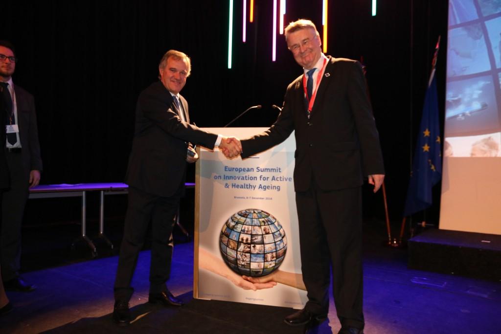 El viceconsejero Guillermo Viñegra recoge el reconocimiento a las politicas vascas de envejecimiento activo de manos del president del Comité de las Regiones y alcalde de Helsinki Marku Markkula